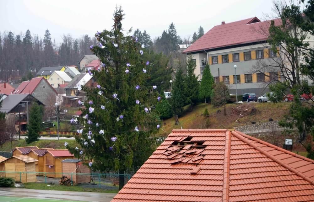 Oštećen krov u Gorskom kotaru (foto: M. KRMPOTIĆ / Novi List)