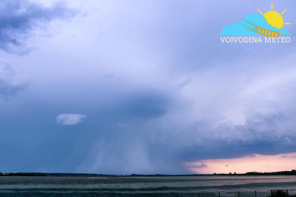 Lov na oluje 5. maj 2018 - vidljiva kišna i gradna zavesa na ribnjaku kod Uzdina