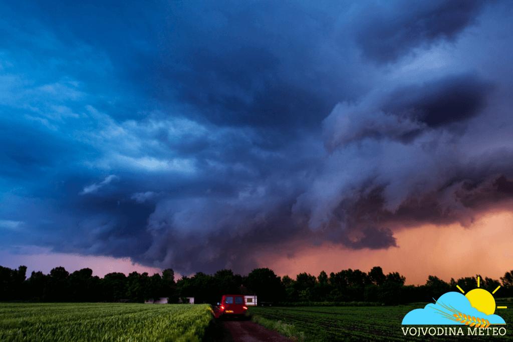 Wall cloud u vreme zalaska sunca 21. maj okolina Bečeja