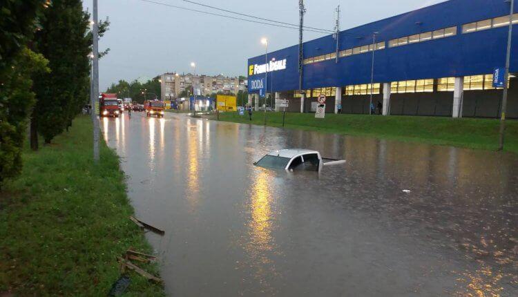 Partizanska - auto pod vodom, policija i vatrogasci na terenu