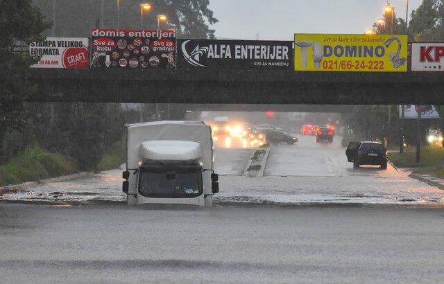 Ulice pod vodom, ljudi zarobljeni u kamionu