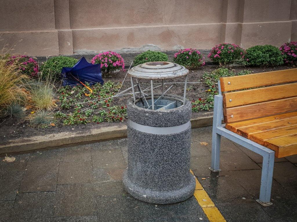U Zrenjaninu stradali kišobrani zbog košave