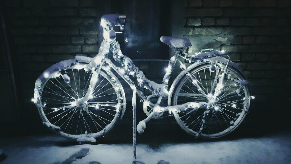 Ukrašen bicikl pod snegom u Turiji