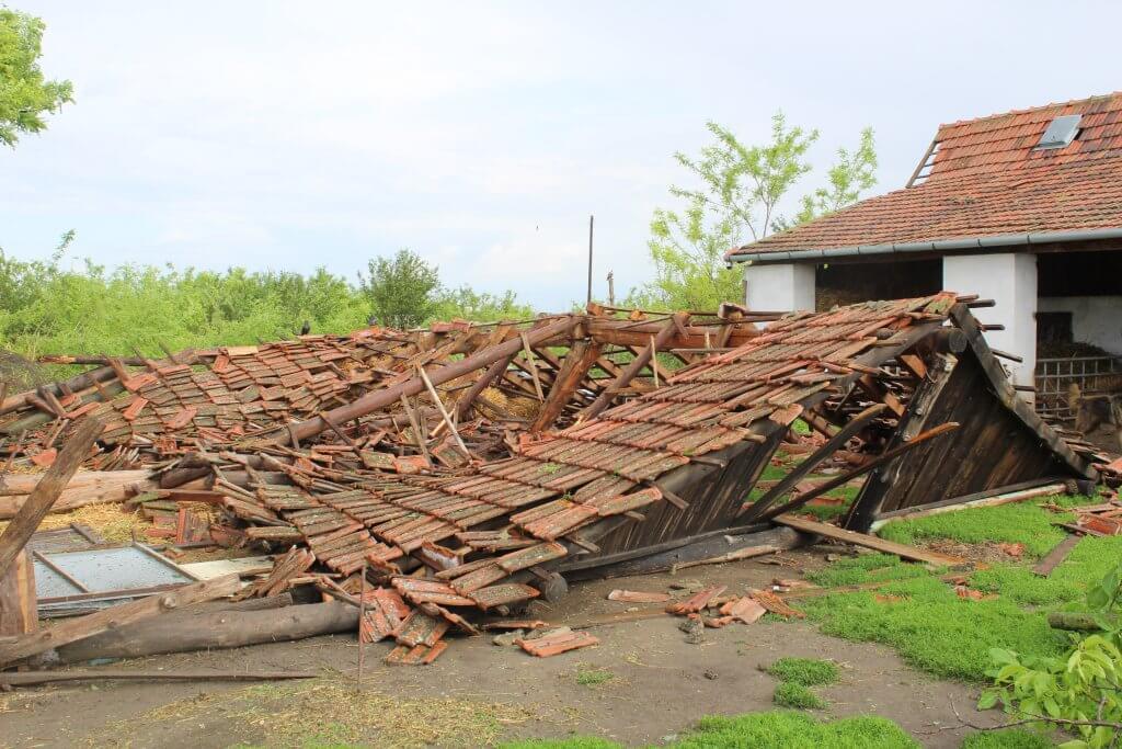 Velika šteta na pomoćnim objektima (Foto: Goran Birimac)