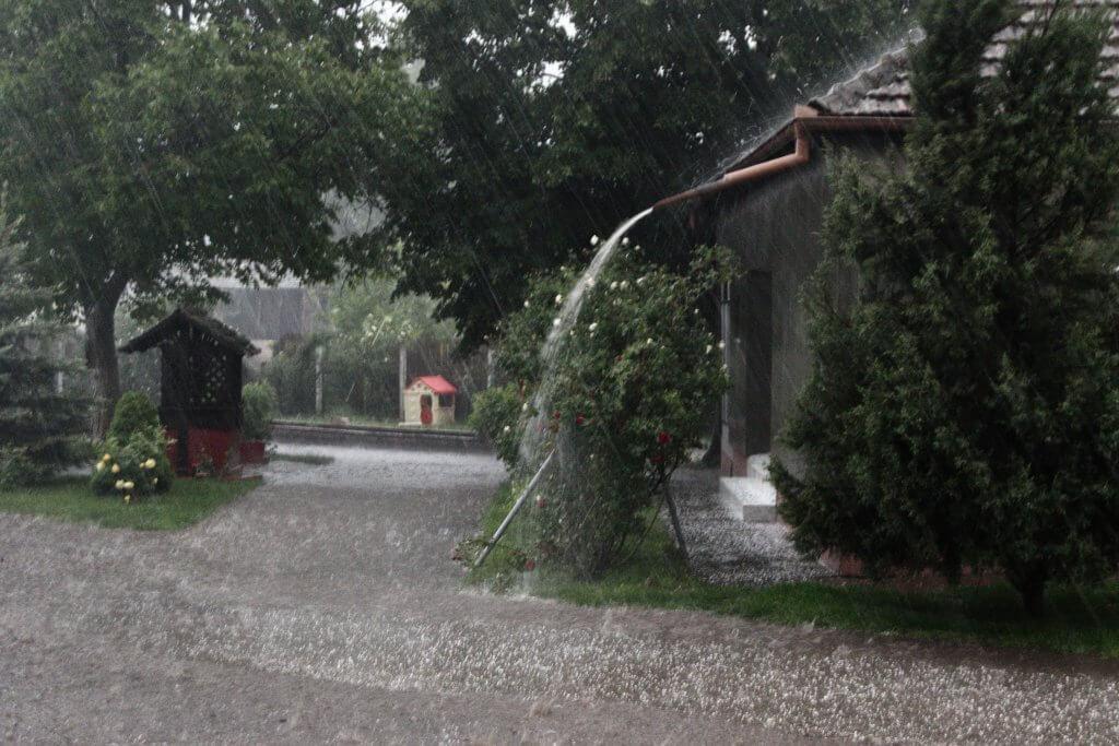 Obilna kiša i grad u Drljanu poplavili i zabeleli dvorišta (Foto: Daliborka Popov)